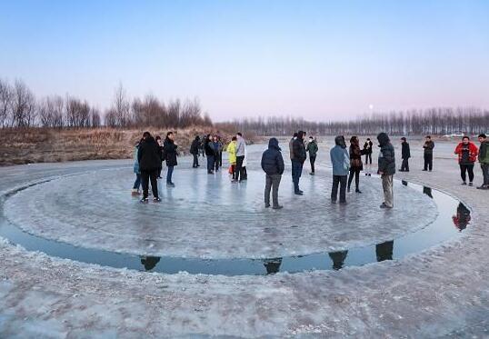 鬼斧神工!东北现神秘冰圈直径12米 十几个人在上面跳舞自拍也没问题