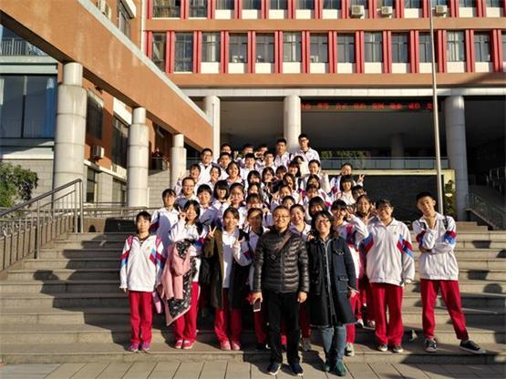 济南二中学生认真备战济南市美术班级联赛