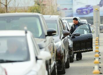 济南:新年新车挂牌扎堆 有的车主凌晨就到车管所排队