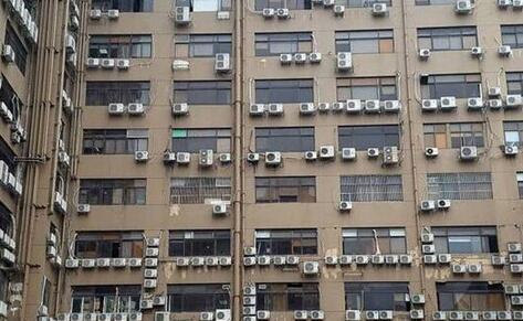 活久见!深圳现最牛居民楼 几百台空调密密麻麻挂在外墙上十分壮观