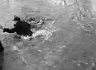 六岁娃掉冰窟脱险 警察和热心群众上演了一场11分钟生死大营救