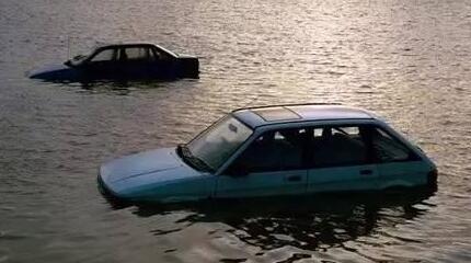 """雨天开车不关闭这个功能 你的发动机就直接""""挂""""了"""