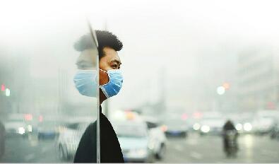 """防霾口罩""""失宠记"""":济企主动减产量 没雾霾时想不起来戴"""