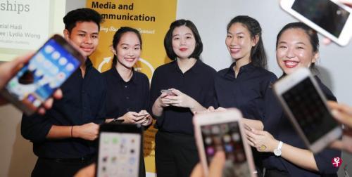 """以""""低头族""""为课题展开年度调查的新加坡理工学院学生。(图片来源:《海峡时报》)"""