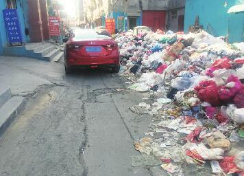 宋刘村工业园西南方向大量垃圾堵路