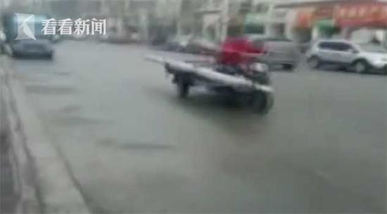 警车街头狂追三轮 司机:扣车就白干了你不懂吗?