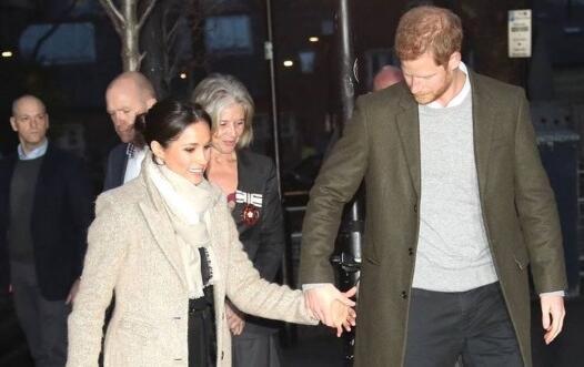 引骚动!哈里王子造访电台遭民众包围 与未婚妻甜蜜牵手狂撒狗粮