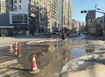 宝华街派出所门前污水外溢惹人烦!