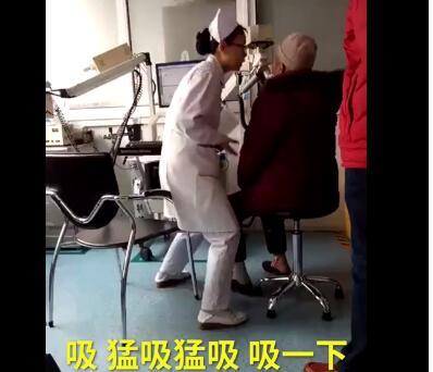 最暖表情包!护士检查动作夸张 为让老人更好地配合检查化身
