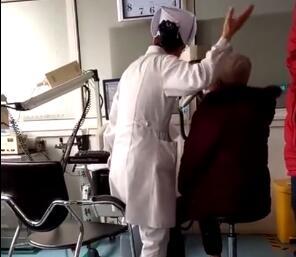致敬!护士检查动作夸张像小丑