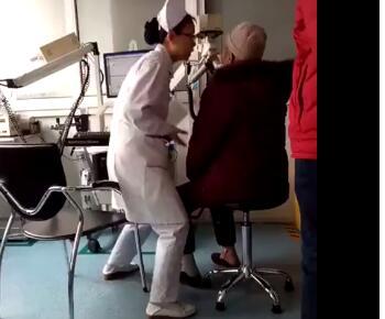 小仙女!护士检查动作夸张