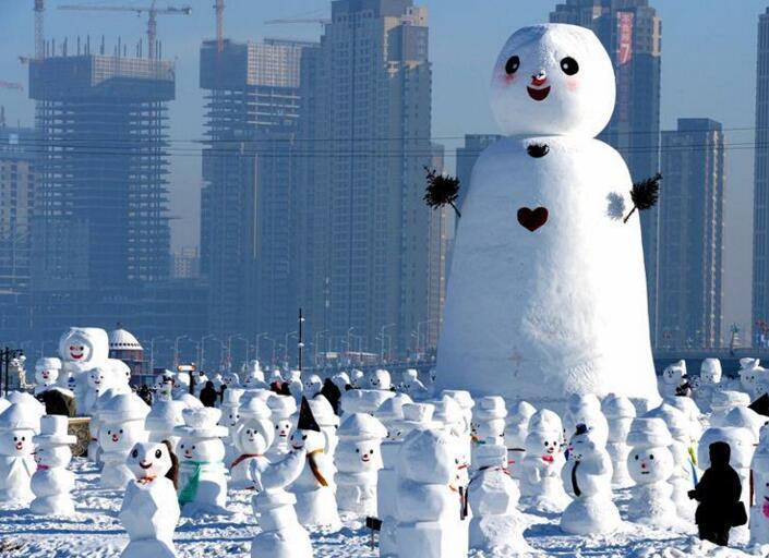 萌翻!雪人亮相哈尔滨 奇趣雪人谷2018个雪人形态各异超吸睛