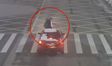 开车擦窗撞飞3人 女司机遇到车窗起雾一边开车一边擦