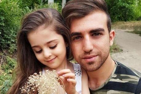 父亲做8岁女儿保镖形影不离 伊朗一女孩颜值超高受瞩目