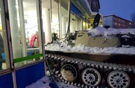 男子开装甲车偷酒撞进商店窗户