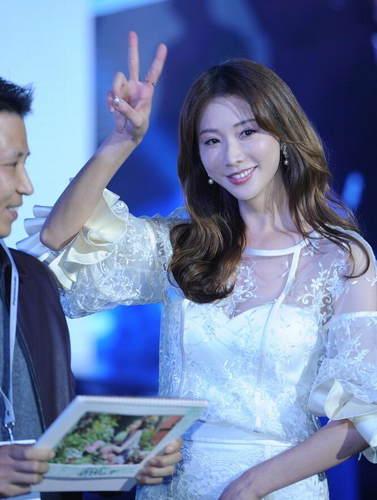 简直太漂亮!林志玲现身上海仙气十足 透视白色长裙尽显优雅