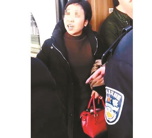 续集?女乘客高铁堵门事件再现 夫妻吵架丈夫下车妻子喊他回车上
