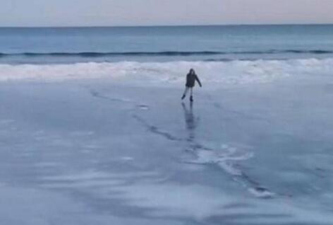 """美东严寒致海水结冰 沙滩""""变身""""溜冰场"""