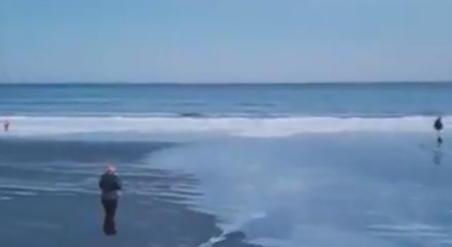 放飞自我!美国沙滩变溜冰场 男子穿厚褛在冰上兜圈悠然驰骋