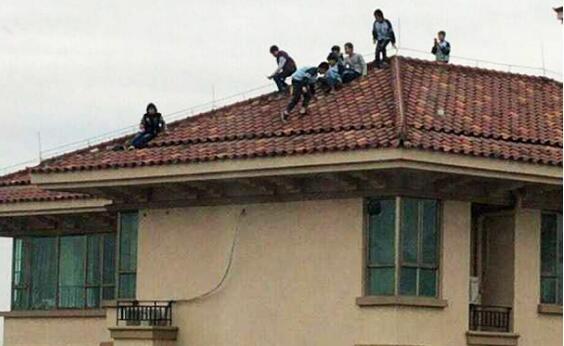 小学生爬34层楼顶玩耍 事后孩子被家长严厉批评小区消防门上锁