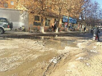 烈士山北路东段污水外溢结冰