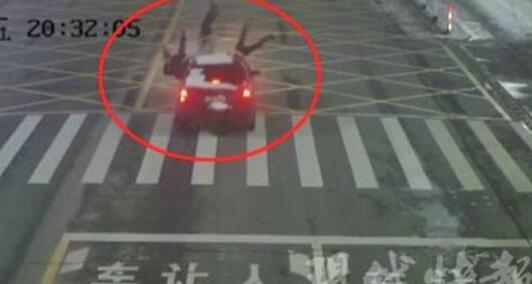 惊险一幕!开车擦窗撞飞3画面惊悚 细节全过程被监控拍下