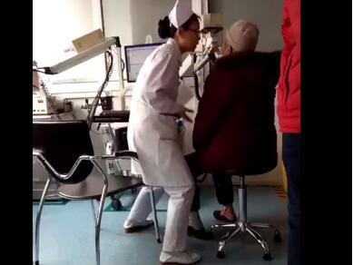 怒赞!护士检查动作夸张手舞足蹈 网友:心灵最美的小丑