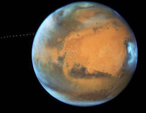 有水喝?火星发现深埋冰河 断层中延伸出来的一抹浅蓝色