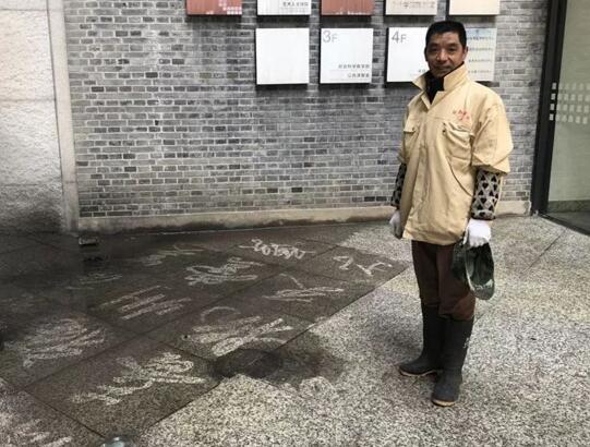 民间高手!现实版扫地僧爆红网友炸锅:没点本事还不敢扫美院的地了
