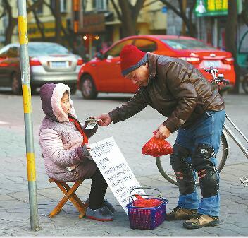 卖枣救姐女孩白天卖枣晚上学习 一天收到善款近万元