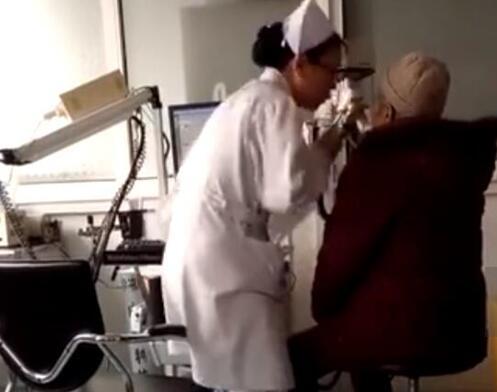 护士检查动作夸张 网友为其敬业点赞