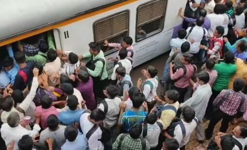 印度搭火车像打仗 通勤族蓄势待发抓紧时机跳上车