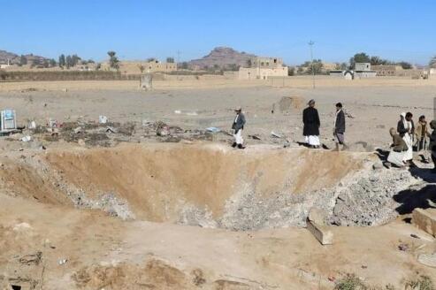 看哭!也门教材仓库遭袭 学生在废墟中捡拾教材