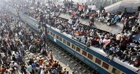 堪比大片!印度搭火车像打仗画面超震撼 车身车顶到处都挤满了人