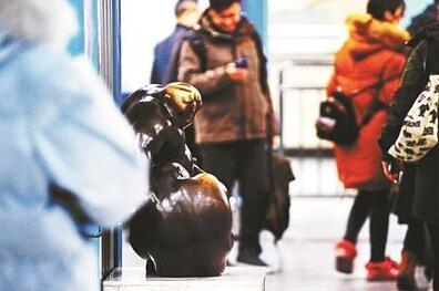 """10分钟被摸3次!地铁站内雕塑被摸成""""秃顶"""" 车站:多数人因好奇"""
