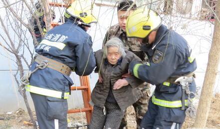 济南九旬老人被困一楼顶棚不敢动弹 消防员上房救助