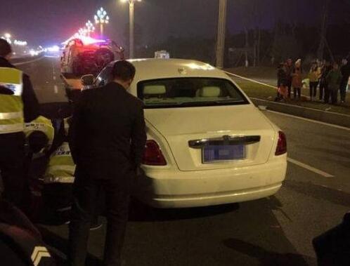 劳斯莱斯撞死路人两人横尸当场 司机是否酒驾仍在检测