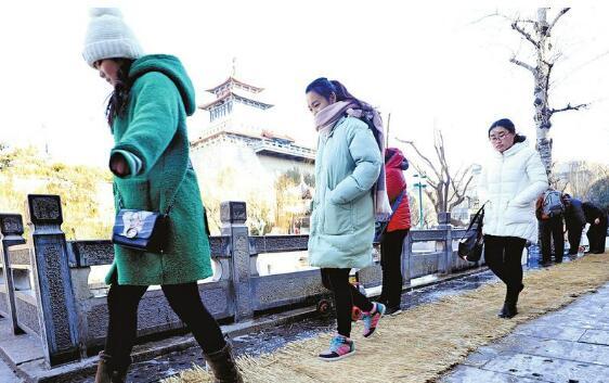 济南市区气温走低 黑虎泉边取水点新增草垫防滑通道
