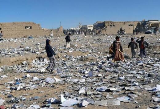 泪水在打转!也门教材仓库遭袭被炸毁 学生废墟中捡拾教材