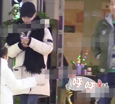 李小璐夜宿后现身满脸笑容玩手机破抑郁传闻 和贾乃亮和好了?