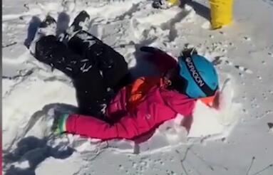 河北张家口太舞滑雪场 小孩滑雪场坠落厚雪堆上未受伤