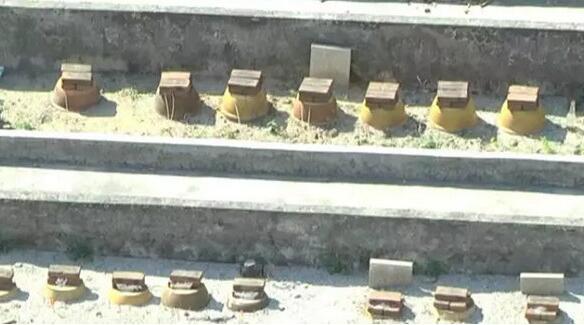活久见!收楼发现是墓景房 窗户下面一盅盅整整齐齐的蜡烛和牌位