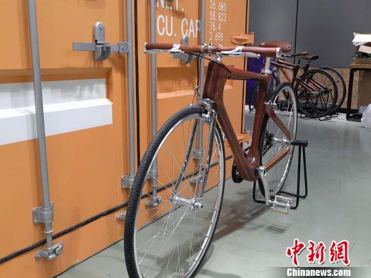 """""""90后""""小伙用花梨木造自行车 获设计界大奖"""
