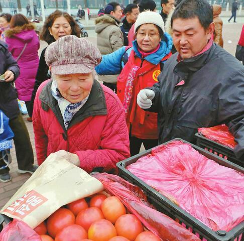 首批费县西红柿运抵济南 市民排队抢购2万斤一上午卖光