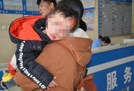 惊魂!4岁男孩被卷越野车底 10名路人合力抬车营救化险为夷