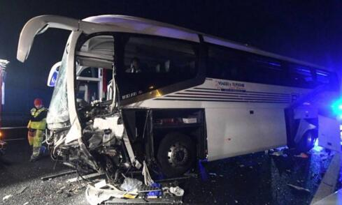 惨烈!载35名中国游客大巴车祸 轮胎在行驶中爆胎失控撞向隔离带