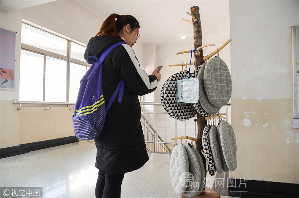 """山东聊城:高校推出""""共享坐垫"""" 让大学生暖心学习"""