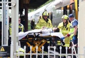悉尼火车脱轨事故致至少16人受伤...
