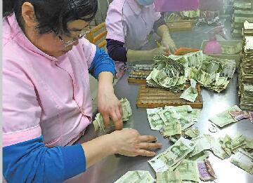 走近济南公交点钞员:每天点钞全...