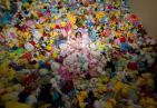 有钱任性!花4万抓7千娃娃 女子每次夹完娃娃都记在小本本上